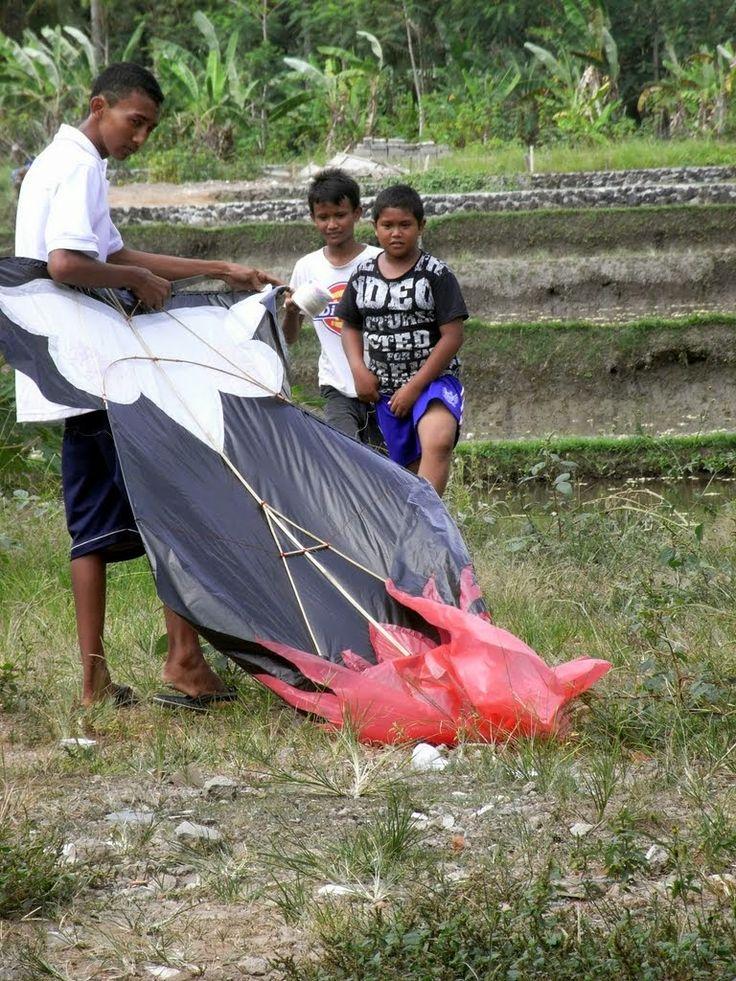 It S Kite Flying Season In Bali July 2014 This One Is A Burung Hantu An Owl Photo By Indounik Indonesia Burung Hantu