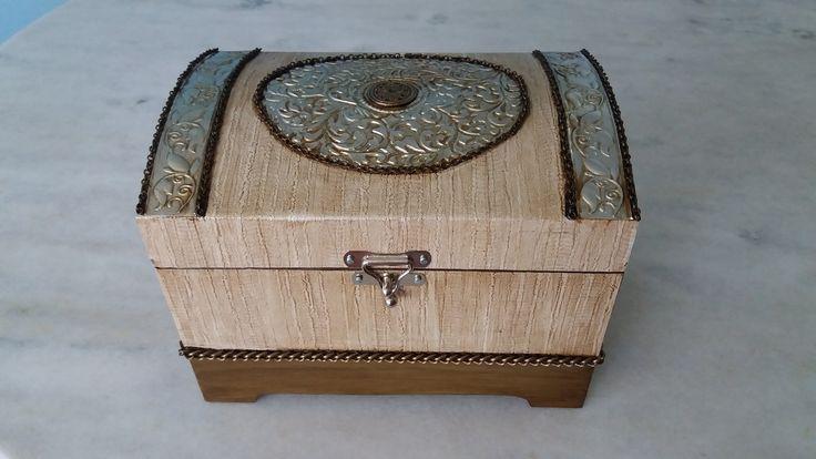 Bau com textura e latonagem envelhecida . www.elo7.com.br/esterartes