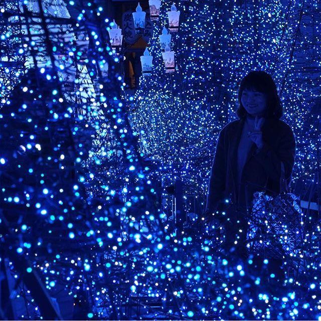En Tokio lo han dado todo con esta iluminación navideña basada en la película de Disney 'La Bella y Bestia'. La van a dejar puesta hasta el 14 de febrero. (📸 de Kazuhiro Nogi para AFP)