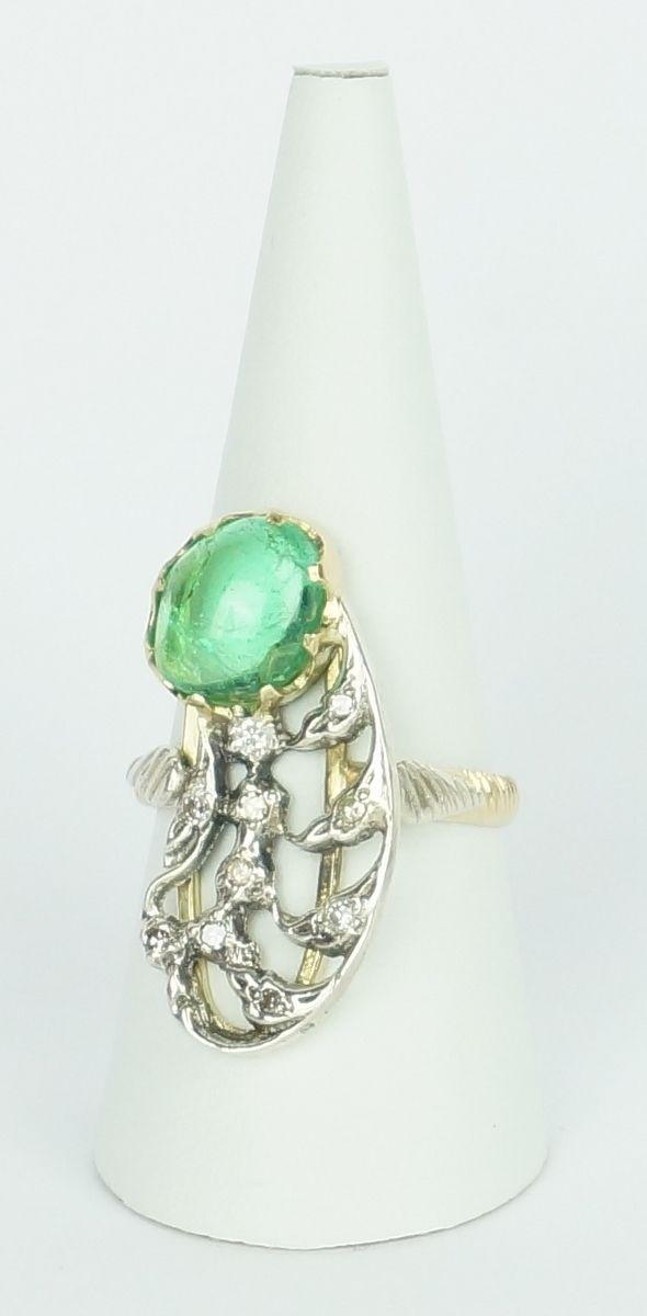 Een 14 krt. bicolore gouden fantasie ring bezet met een cabochon geslepen smaragd, 4.14 ct., en diamanten
