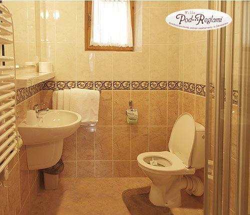 Apartament I - łazienka: kabina prysznicowa, suszarka, ręczniki  http://www.podreglami.pl/zakwaterowanie/apartament-i-4-os.html