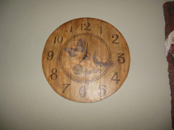 De coupaz σε ξύλινο ρολόι