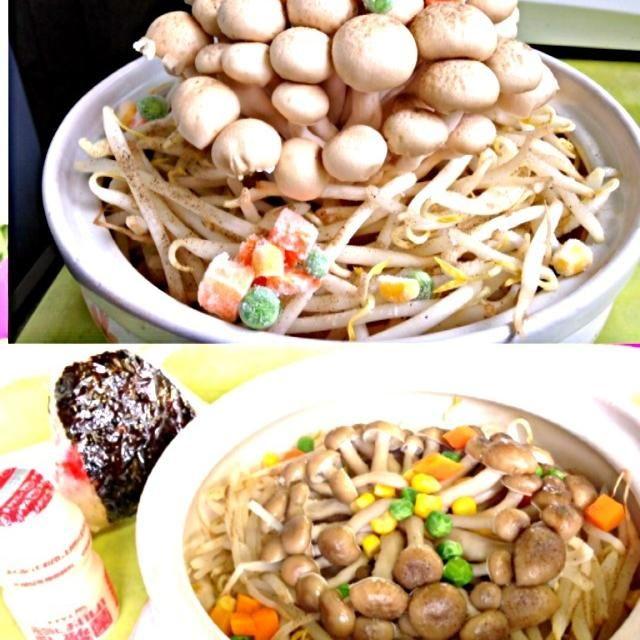 本日の職場ランチ 今日は夏日なので汁物は避けて もやし炒め風の100%植物性オイルレスのチンするだけヘルシー料理(≧∇≦) 味付けは塩&胡椒のみ〜シンプルでアッサリ美味しくヘルシーに^_−☆ - 37件のもぐもぐ - キノコ&モヤシ炒めzu〜 by manilalaki