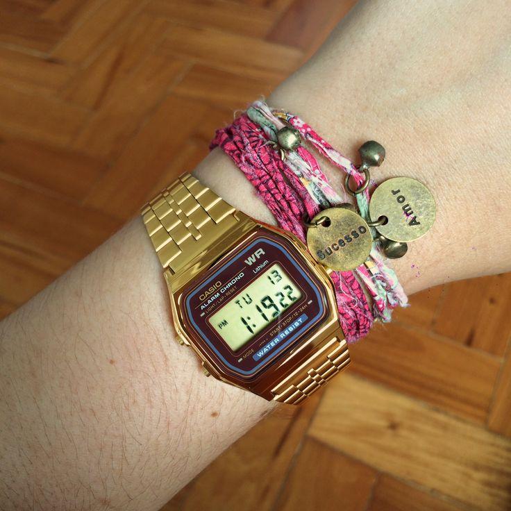 Starving - Relógio Casio vintage dourado com pulseiras beneficentes da Ong Orientavida