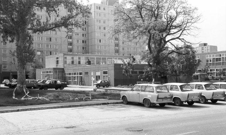 Palotaváros (Lenin lakótelep), a Tolnai Utcai Általános Iskola a Selyem utca felől nézve.