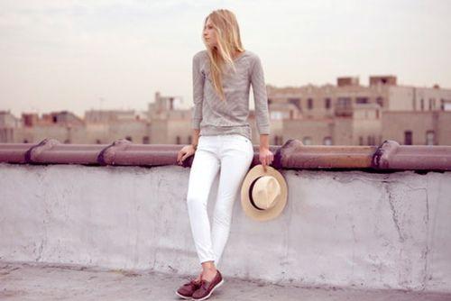 jeans bianchi  &  top grigio
