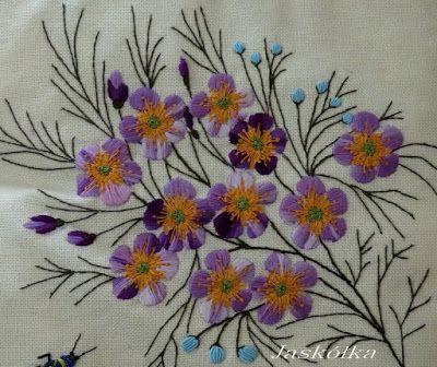 Poduszka z anemonami w kolorze lila- fragment haftu