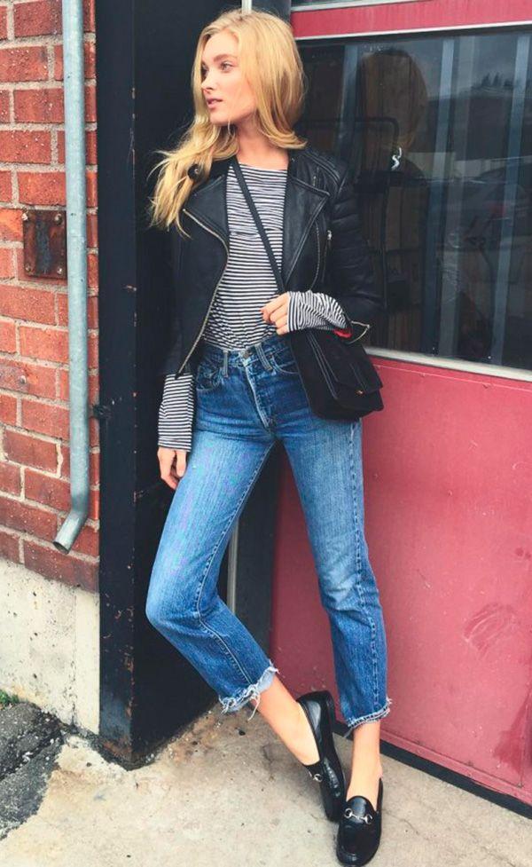 Street style look com blusa listras, jaqueta couro, jeans e mocassim.