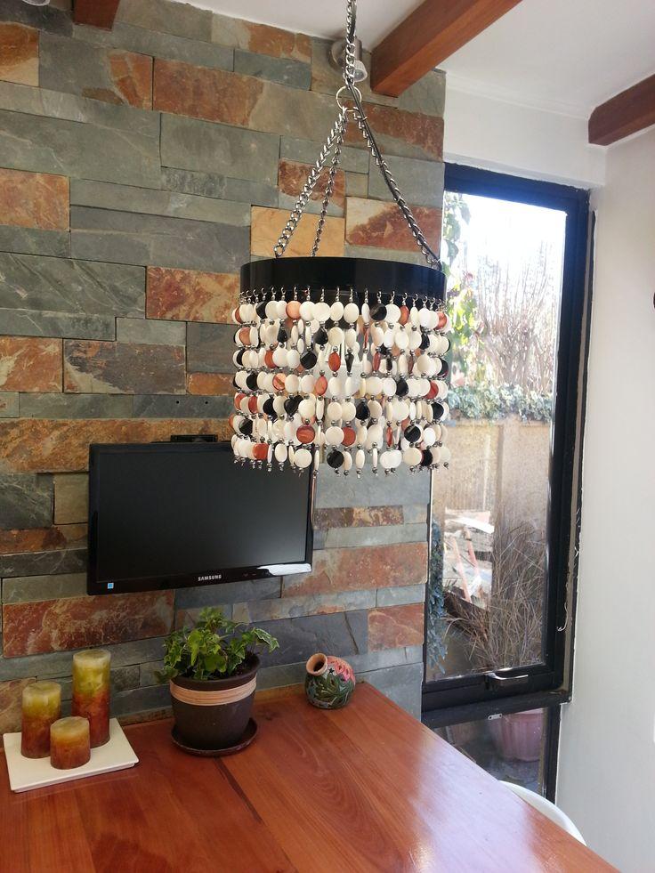 Detalle de lámpara que confeccioné para el comedor de diario, hecho en nácar blanco, café y negro
