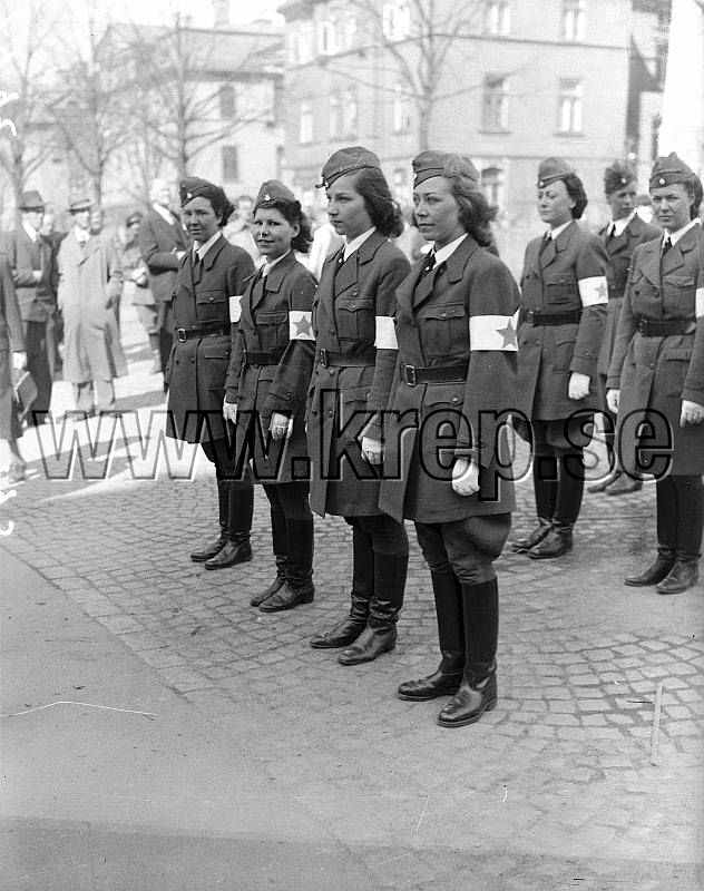 Note: members of the Blue Star, not the Lotta Corps. Göteborg 1942-04-19 Unga kvinnor blir lottor - här vid Heden Foto: Kamerareportage