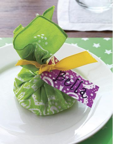 Bandanna place setting makes a sweet party favor for guests