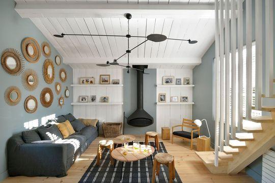 Entre rétro et récup', le salon a des airs de maison de vacances. Plus de photos sur Côté Maison http://petitlien.fr/7fce