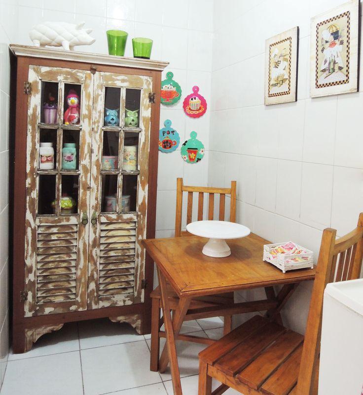 Cozinha pequena decorada com móveis rústicos de madeira de demolição Loja de móveis Terra Nossa, muitos modelos para pronta entrega e pode ser feito sobre medidade. Móveis de Madeira de Demolição para sala, quarto, varanda e cozinha