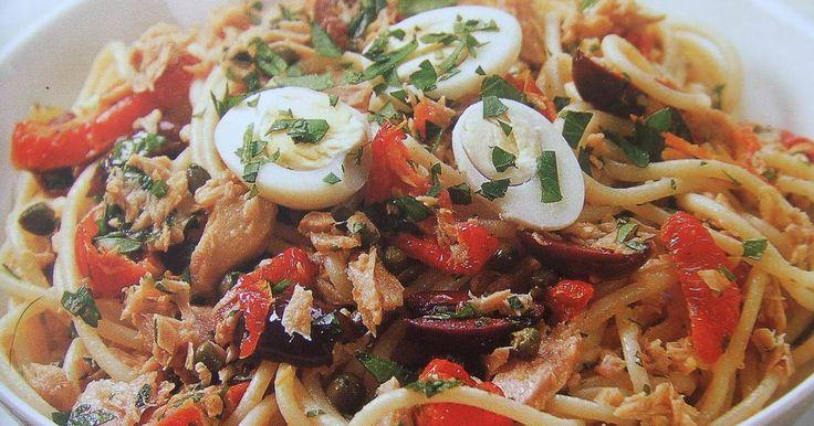 Spaghetti con aceitunas, atún y huevos de codorniz