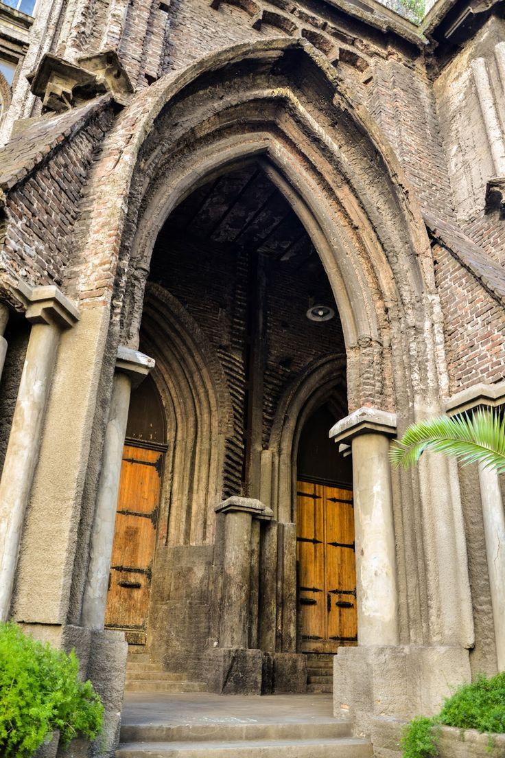 """El edificio de la Facultad deIngenieríade la UBA, sobre la Avenida Las Heras, es también conocido como """"La Catedral"""", por su estilo Gótic..."""