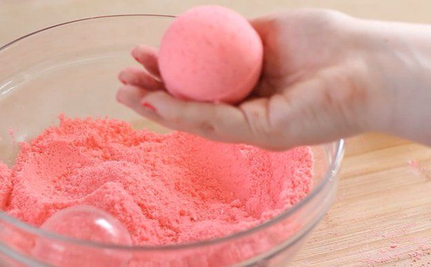 Cool Simple Colorful DIY Bath Bombs by DIY Ready at http://diyready.com/how-to-make-diy-bath-bombs/