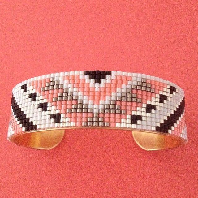Jonc motif Sioux Jonc en laiton recouvert d'un bracelet tissé avec des perles Miyuki Délicas dans les tons corail, blanc, argent et une petite touche de noir. #manchette#jonc#laiton#miyuki#miyukidelicas#DIY#faitmain#strasbourg