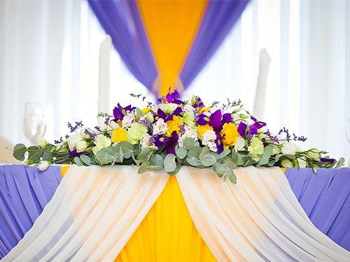стол молодоженов украсить фиолетовый цвет живые цветы