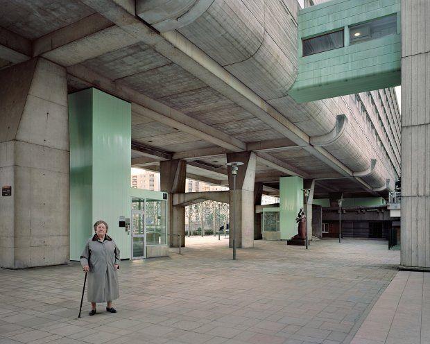 Josette, 90 lat ,mieszkanka osiedla Vision 80 zaprojektowanego przez Jean-Pierre'a Jouve'a, Andreia Frieschlandera i Charles'a Mamfredosa, Esplanade de la Défense