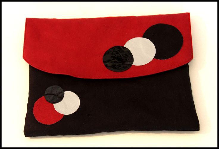 Housse pour tablette numérique ou mini PC en suédine noire et rouge