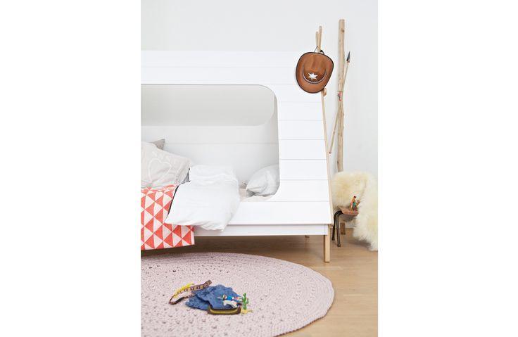 Onwijs leuk en speels eenpersoonsbed uit de serie Tipi van Woood.Het bed is gemaakt van een mooi geselecteerd grenen hout en wordt geleverd inclusief lattenbodem.Ook uit de serie Tipi wordt er een bureau of boekenkast aangeboden om de kamer in stijl te houden. Alle meubels worden kosteloos bij u thuis bezorgd in Nederland en Belgie. Tevens kan er optioneel een bijpassend Bonell matras bij besteld worden.