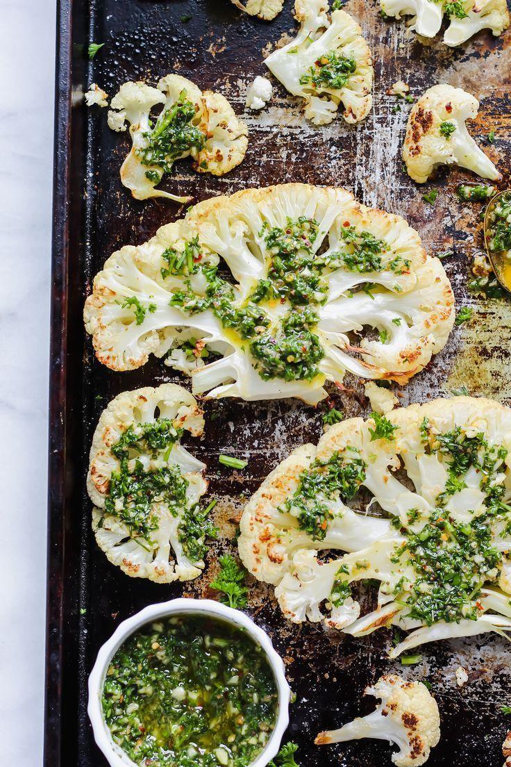 Diese gerösteten Blumenkohlsteaks werden perfekt im Ofen gebacken und mit …