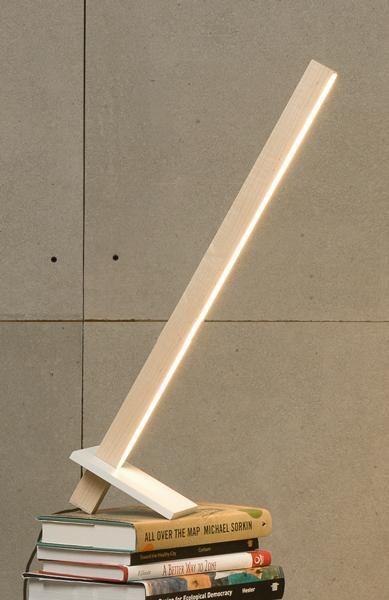 Простой и лаконичный деревянный, настольный светильник от Stickbulb. Сделан из двух элементов дерева и светодиодной ленты.