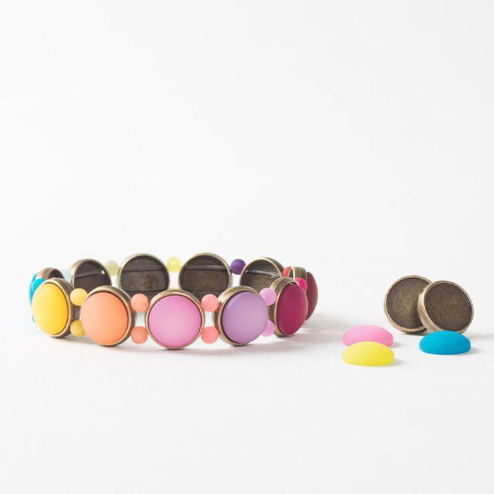 Buntes Armband mit Polariscabochons und schönen Fassungen für Cabochons zum Auffädeln.