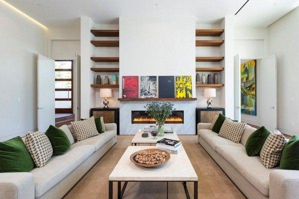 muraux en bois des étagères en verre cheminée insert de vivre installation canapés blancs africains