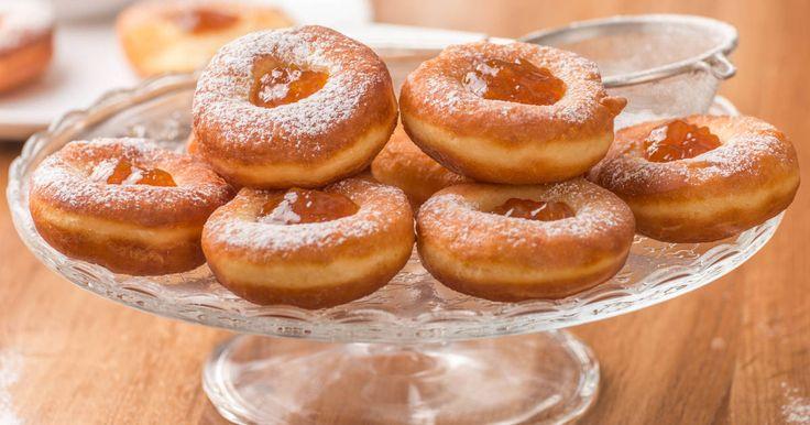 Mennyei Szalagos farsangi fánk recept I recept! A farsang egyik jellegzetes édessége a szalagos fánk, amit farsangtól függetlenül is elkészíthetsz. Finom, könnyű a tésztája, nagyon jó fánk recept ...! :) Készítsd el te is!
