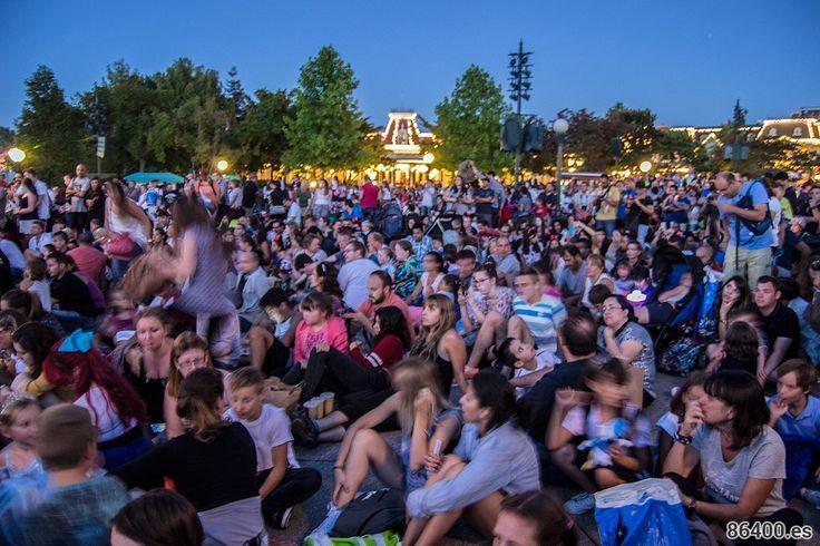 Gente a la espera del espectáculo final del Parque Disneyland - Consejos Disneyland París