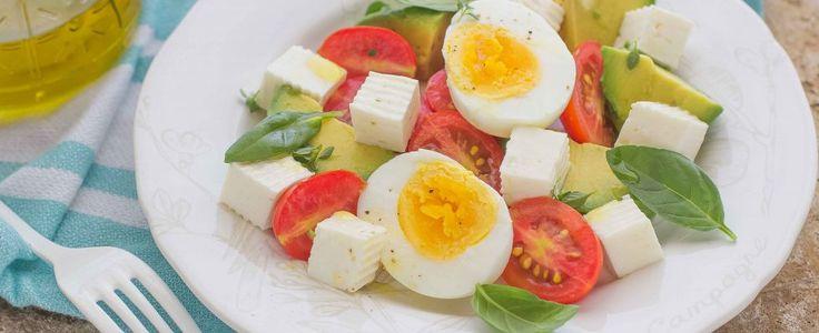 Insalata con avocado, uovo e formaggio ingredienti: uova, formaggio primosale, avocado, pomodorini, olio extravergine di oliva e succo di lime. L'avocado è un alimento ricco di proprietà benefiche per il nostro organismo: è ricco di omega3, di vitamine e di antiossidanti