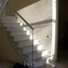 http://marshag.ru/projects/otdelka-betonnoy-lestnitsy-dubom-i-perila-iz-stekla