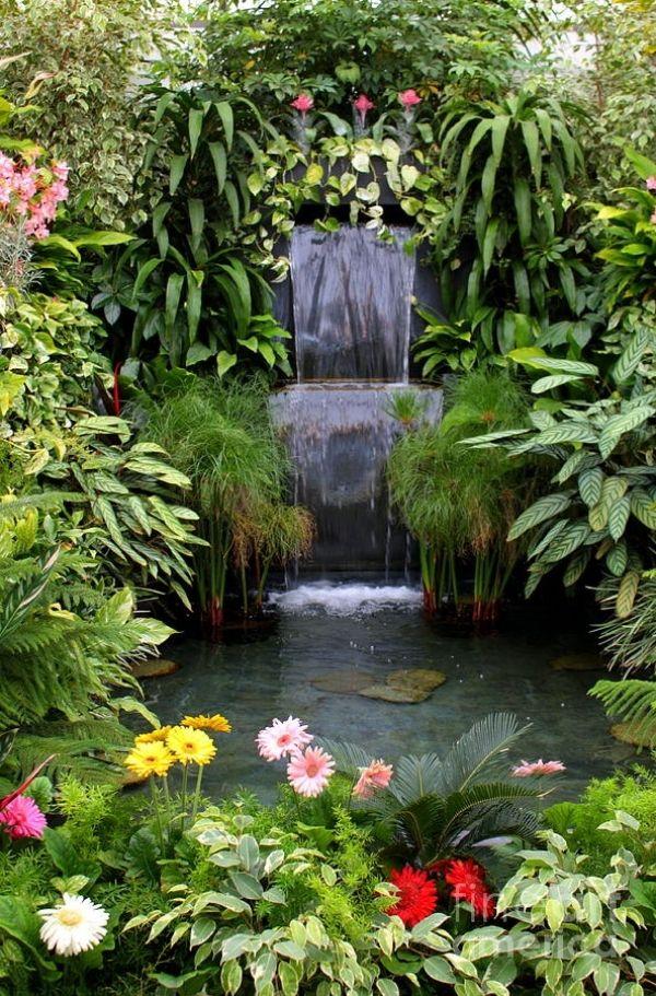 üppiger garten landschaft mit wasserteich-wasserfall