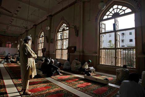 Um fiel do Paquistão, à esquerda, ora enquanto outros lêem versículos do Alcorão, durante o mês de jejum sagrado muçulmano do Ramadã em uma mesquita em Karachi, Paquistão. AP / Fareed Khan