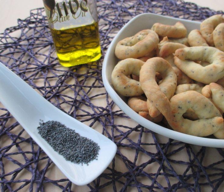 Tarallini friabili con semi di papavero  In questo periodo, si sta panettonando e pandorando come se non ci fosse un domani eheh. La pasta madre va r