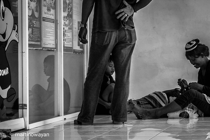 @Regrann from @martinowayan -  Di teras depan sebuah mini market ternama dan terkenal Wayan Dika bersama ibu dan dua adiknya menghitung hasil perjalanannya di siang hari yang terik. Mereka berjalan berkilometer jauhnya demi mendapat belas kasihan orang-orang.  Setelah uang terkumpul lumayan mereka menukarkannya pada kasir mini market. Semuanya adalah uang recehan paling besar nilainya sepuluh ribu rupiah.  Wayan Dika saat ini berusia delapan tahun tidak mengenyam pendidikan sekolah. Ia…