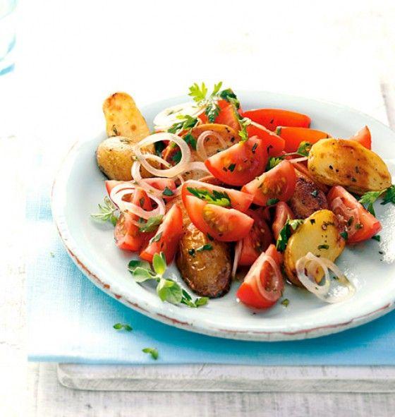 Kartoffel-Tomaten-Salat Für 4 Portionen: 600 g kleine Kartoffeln, 4 El Rapsöl, Salz+Pfeffer, 600 mittelgroße Tomaten, 8 El Apfelsaft, 3 El Obstessig, 0,5 Bund glatte Petersilie, 12 Stiele Majoran, 1 weiße Zwiebel