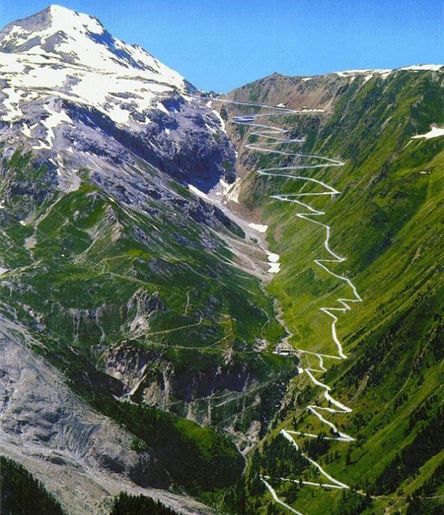 Stelvio-hágó, Olaszország  Az Észak-Olaszországban található Stelvio-hágó a Keleti-Alpok legmagasabban fekvő, közúti közlekedésre is alkalmas hágója.