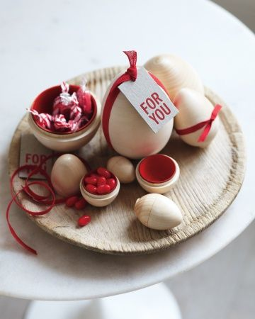 Ostereier ganz fein mit Rot  Red cotton ribbon for easter decorating: Martha Stewart Living