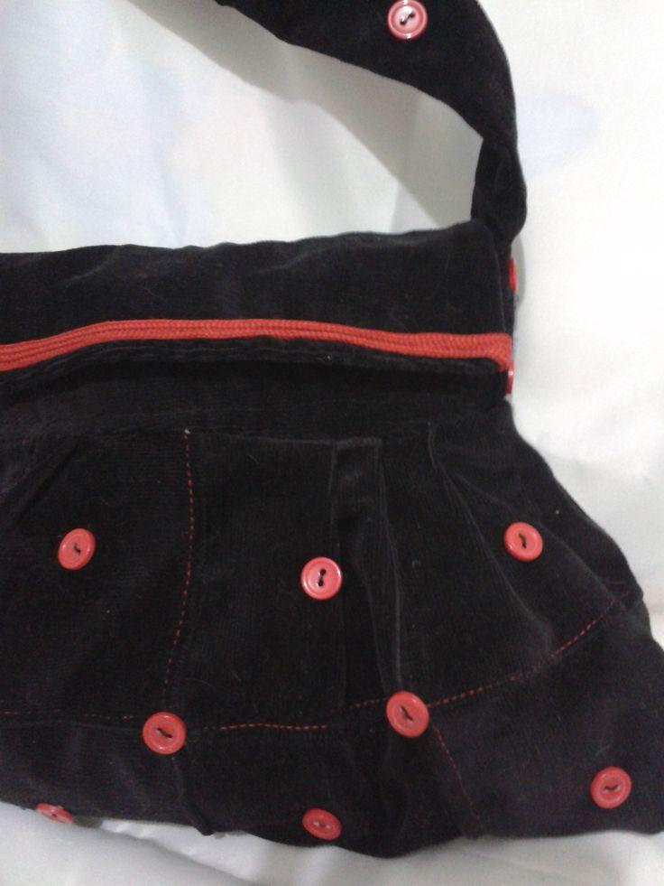 kadife eski bir etek kumaşından yapılmış ve düğmelerle süslenmiş çanta