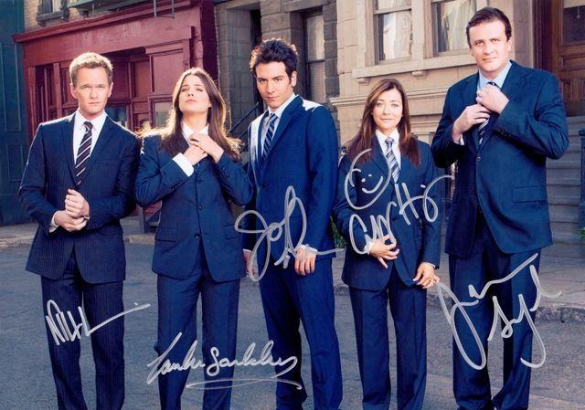 De vijf sterren van How I Met Your Mother met hun eigen handtekenigen.