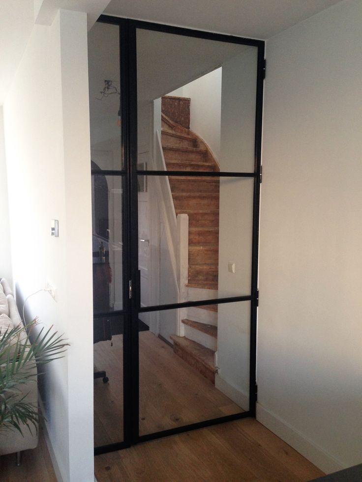 Scharnierdeur met paneel geproduceerd en geplaatst door Mijn Stalen Deur.