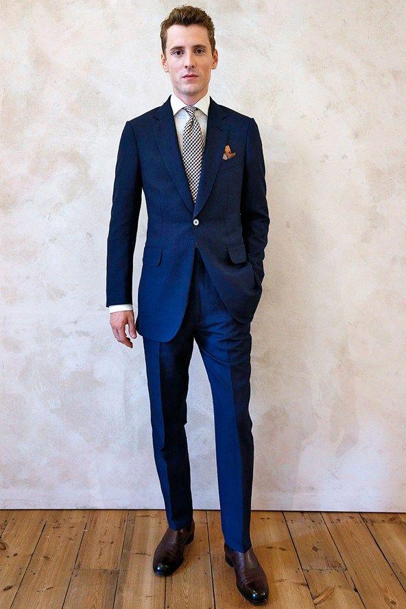 知的さと高級感のあるネイビースーツはハズレなし。披露宴・1.5次会、二次会の列席スーツコーデ
