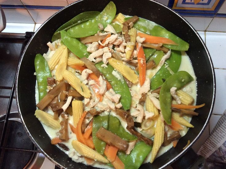 Chicken with coconut milk and many vegetables