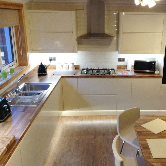 Additional lighting underneath the units gives this handleless cream gloss kitchen a gorgeous finish! #Wrenovation #newkitchen #oak