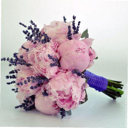 Свадебный букет невесты из живых цветов (розовые пионы и лаванда) от свадебного флорист