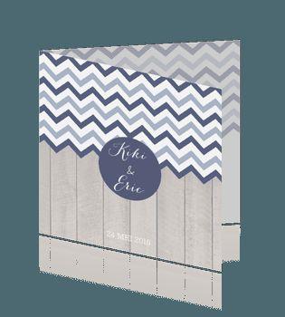 Hippe trouwkaart hout en chevron strepen blauw.  #trouwkaarten #bruiloft #trouwen.