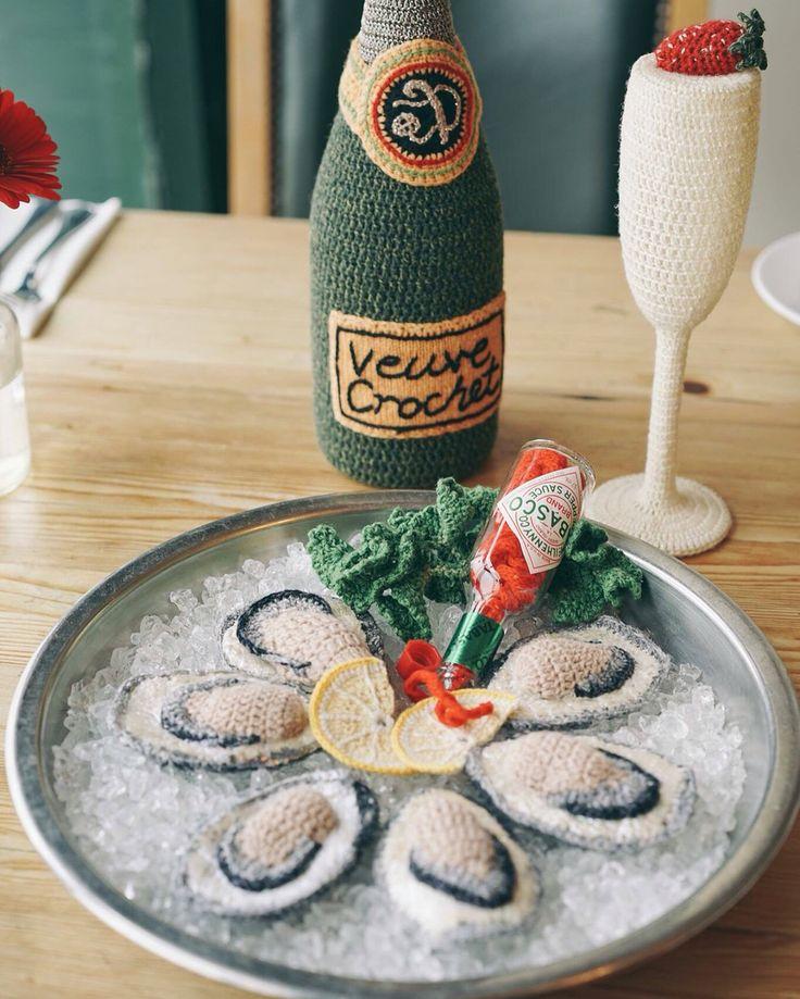 【Table Bible X Kate Jenkins|針織版Riddle & Finns Champagne and Oyster Bar 】  這幾日東奔西跑,逐步完成和英國針織藝術家--Kate Jenkins合作的餐桌計畫,我們來到布萊頓無人不曉的Riddle & Finns,運用靈動擬真的龍蝦、牡蠣、小蝦等海鮮,佈置一桌獨一無二的海饕盛宴。  我說:「Kate,來一張我們在享用海鮮大餐的照片,可好?」  她一臉開心的入座後,很順的用叉子叉了支小蝦!可愛又自然的模樣,讓大家哄堂大笑。  Riddle & Finns 家喻戶曉的在地海鮮料理,更讓我們這兩位食客,一拍完照,馬上紛紛訂位要來享用美味。  針織版的Riddle & Finns呢,則永存在我們的回憶裡:)  #Cardigan #KateJenkins #RiddleFinns #TableBible與煮同在  #Brighton