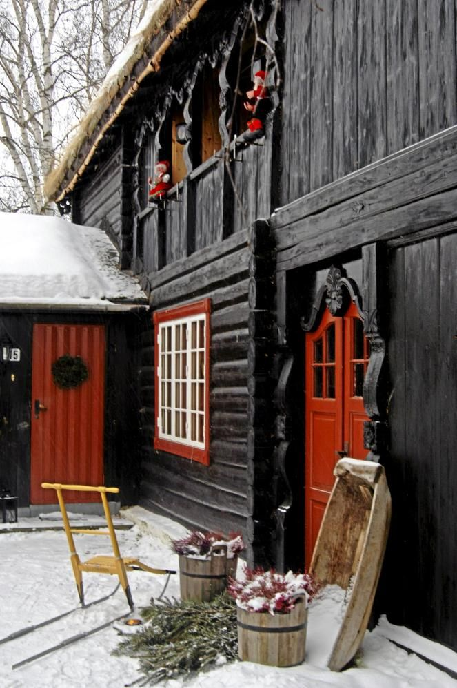 The main house dates from 1819. Stolper and gable boards are beautifully carved by Per Haugen from Lom, one of the masters in this demanding and traditional art. © PHOTO: Nils Petter Dale